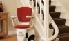 Jak pokonać bariery w domu, czyli funkcjonalne krzesełka schodowe